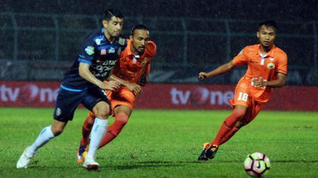 Hargianto (kanan) mengejar bola pada laga melawan Arema FC. - INDOSPORT