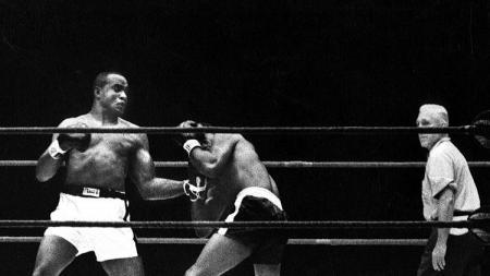 Sonny Liston saat mengkanvaskan Floyd Patterson, 22 September 1962. - INDOSPORT