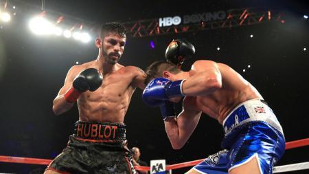 Jorge Linares (kiri) saat menghadapi Luke Campbell. - INDOSPORT