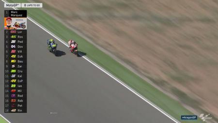 Pedrosa saat berusaha menyalip Rossi. - INDOSPORT