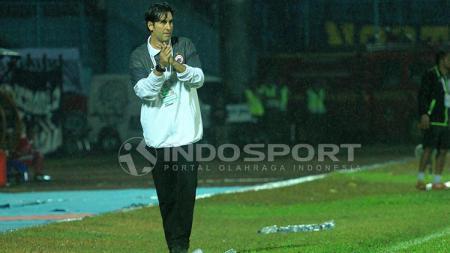 Salah satu ekspresi Stefano Teco Cugurra yang tampak gemas dengan beberapa peluang Persija. - INDOSPORT