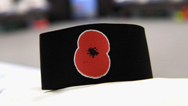 Bunga Poppy di ban kapten Timnas Inggris. Copyright: Mirror.co.uk