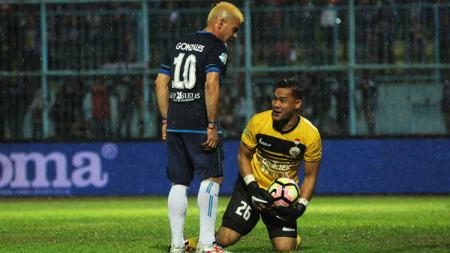 Cristian Gonzales (kiri) dan Andritany (kanan) bersua di Kanjuruhan, Malang, saat Persija Jakarta menahan imbang Arema FC. - INDOSPORT