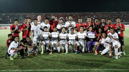 Setelah pertandingan, para pemain, pelatih, dan official Bali United menyampaikan doa untuk para pengungsi Gunung Agung di beberapa tempat. - INDOSPORT