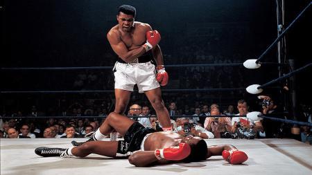 Ada satu foto yang paling ikonik tentang Muhammad Ali, yakni saat ia memenangkan pertarungan melawan Sonny Liston pada tahun 1965. - INDOSPORT