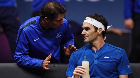 Rafel Nadal tengah berbicara dengan Roger Federer. - INDOSPORT