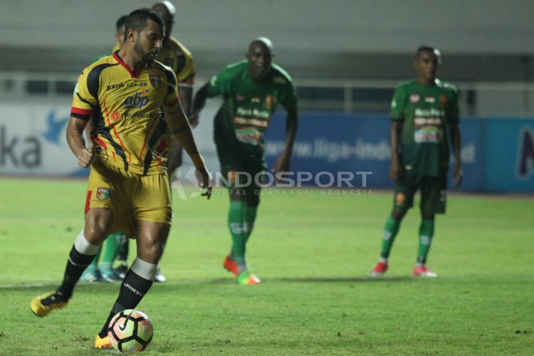 Aksi Striker Mitra Kukar, Marclei Santos (kiri) mengeksekusi penalti. Copyright: Herry Ibrahim/INDOSPORT
