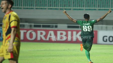Selebrasi pemain PS TNI, Sansan Fauzi, usai mencetak gol kedua ke gawang Mitra Kukar di Liga 1 2017. - INDOSPORT