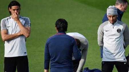 Neymar dan Edinson Cavani saat mendengarkan instruksi dari Unai Emery. - INDOSPORT