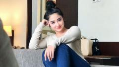 Indosport - Pedangdut sekaligus aktris kondang Indonesia, Dewi Perssik, rela menahan dan menikmati rasa sakit saat kembali belajar pole dance.