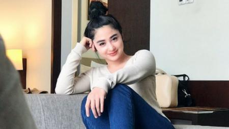 Pedangdut sekaligus aktris kondang Indonesia, Dewi Perssik, rela menahan dan menikmati rasa sakit saat kembali belajar pole dance. - INDOSPORT