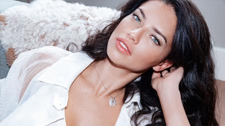 Mantan model Victoria's Secret, Adriana Lima ternyata punya hubungan erat dengan bintang klub Serie A Italia Juventus, Cristiano Ronaldo. - INDOSPORT