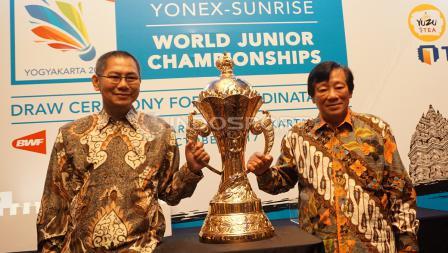 Dua anak dari tokoh bulutangkis Indonesia, Suharso Suhandinata, Juniarto Suhandinata (kiri) dan Justian Suhandinata foto bersama dengan Piala Suhadinata di acara drawing BWF World Junior Championship 2017.