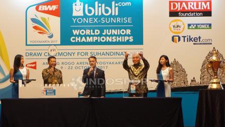 Sekjen PBSI, Achamd Budiarto (kedua dari kiri) hadir pada acara drawing BWF World Junior Championship 2017.