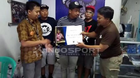 Perwakilan Viking Persib Club memberikan sisa dana kepada Rumah Zakat, untuk etnis Rohingya. - INDOSPORT