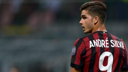 Klub Bundesliga Jerman, Schalke 04, kabarnya tengah mengincar striker AC Milan yang tak laku-laku, Andre Silva, pada sisa bursa transfer musim panas 2019. - INDOSPORT