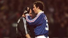 Indosport - Laurent Blanc mencium kepala plontos Fabien Barthez.