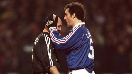 Laurent Blanc mencium kepala plontos Fabien Barthez. - INDOSPORT