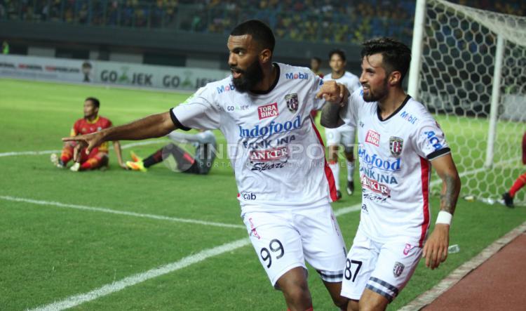 Selebrasi pemain Bali United, Sylvano Domunique Comvalius dan Stefano Lilipaly usai mencetak gol kedua. Copyright: INDOSPORT/Herry Ibrahim