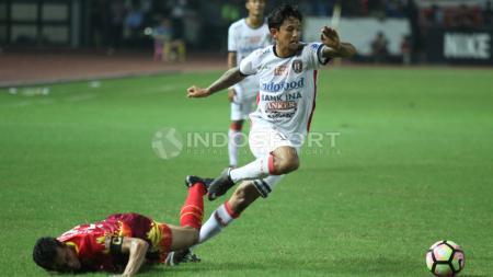 Aksi Irfan Bachdim (kanan) melewati hadangan pemain Bhayangkara FC. - INDOSPORT