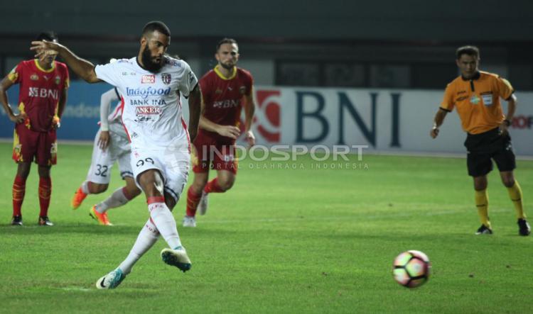 Sepakan penalti dari Sylvano Comvalius Copyright: INDOSPORT/Herry Ibrahim