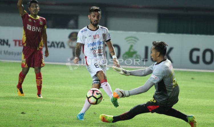 Tendangan pemain Bali United, Stefano Lilipaly (tengah) digagalkan kiper Bhayangkara FC, Awan Setho (kanan). Copyright: Herry Ibrahim/INDOSPORT