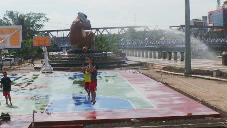 Sejumlah warga bermain basket di Lapanga Basket Siring Tendean, Banjarmasin. Copyright: banjarmasinpost.co.id/murhan