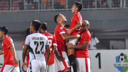 Skuat Persija Jakarta rayakan gol yang dicetak Fitra Ridwan. - INDOSPORT