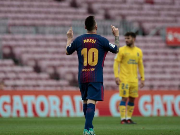 Lionel Messi melakukan selebrasi pasca mencetak gol kedua. Copyright: Twitter/@TeleFootball