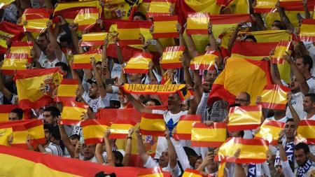 Pendukung Real Madrid kibarkan bendera Spanyol. - INDOSPORT