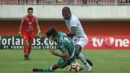 Herman Dzumafo sedang berebut bola. - INDOSPORT