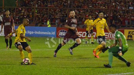 Aksi Riko Simanjntak tak bisa menyelamatkan Semen Padang kalah dari PSM Makassar. - INDOSPORT