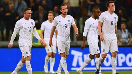 Phil Jones dan Fabian Delph harus absen dalam dua pertandingan Timnas Inggris akibat cedera. - INDOSPORT