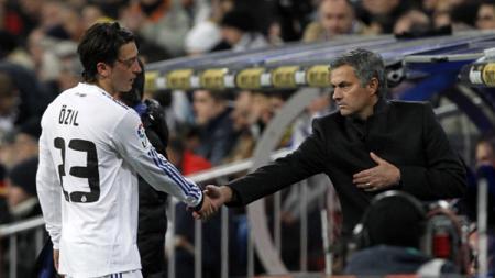 Mesut Ozil dan Jose Mourinho saat masih memperkuat Real Madrid. - INDOSPORT