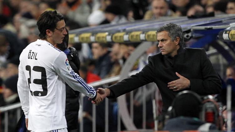 Mesut Ozil dan Jose Mourinho saat masih memperkuat Real Madrid. Copyright: INDOSPORT