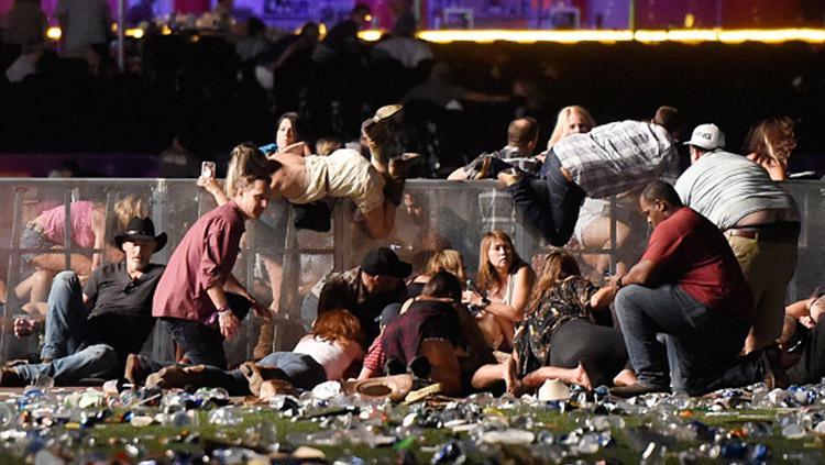 Orang-orang mencari perlindungan setelah terjadi penembakan di Las Vegas. Copyright: INDOSPORT
