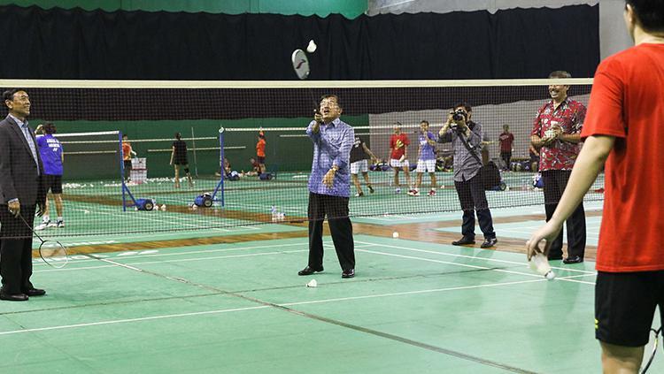 Jusuf Kalla saat mencoba smash shuttelcock di Pelatnas PBSI, Cipayung, Jakarta Timur. Copyright: HUMAS PBSI