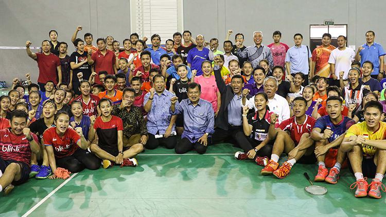 Potret Jusuf Kalla kebersamaan dengan para pemain Bulutangkis dengan semangat. Copyright: HUMAS PBSI