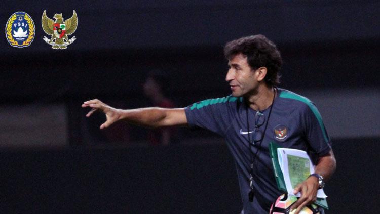 Instruksi Luis Milla kepada para pemain Timnas Indonesia. Copyright: PSSI