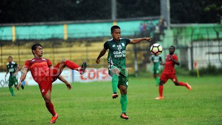 Duel pemain PSMS Medan dan Persibat Batang. - INDOSPORT