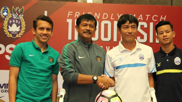 Indra Sjafri dan Egy Maulana Vikry, bersama pelatih Kamboja U-19, Kazunori Inoue. Copyright: PSSI