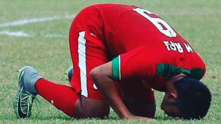 Rafli Mursalim bersujud syukur pasca mencetak gol, saat membela Timnas U-19. - INDOSPORT