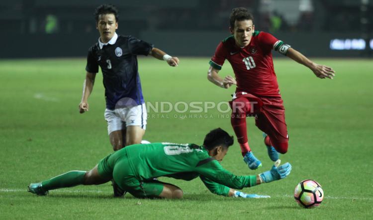 Aksi memukau Egy Maulana Vikri mencetak gol kedua ke gawang Kamboja U-19. Copyright: Herry Ibrahim/INDOSPORT