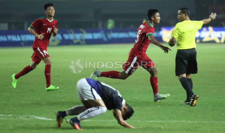 Selebrasi Rafli Mursalim usai mencetak gol pertama Timnas U-19. Copyright: Herry Ibrahim/INDOSPORT