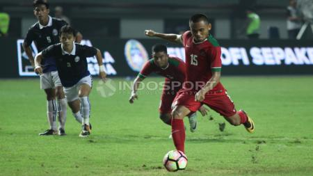 Eksekusi penalti yang dilakukan Saddil Ramdani (kanan) gagal berbuah gol. - INDOSPORT
