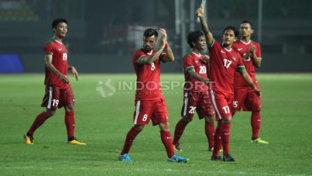 Salam dari para pemain Timnas Indonesia kepada para pendukung. INDOSPORT/Herry Ibrahim