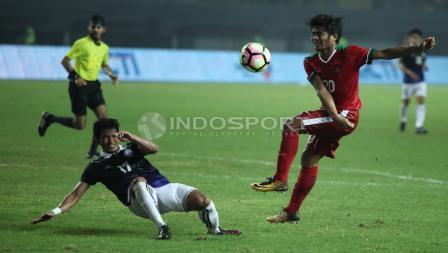 Ilham Udin Armayn saat berduel dengan pemain Kamboja.  INDOSPORT/Herry Ibrahim