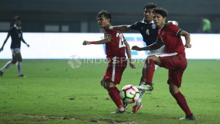 Rezaldi Hehanusa dan Achmad Jufriyanto saat berduel dengan pemain Kamboja. INDOSPORT/Herry Ibrahim