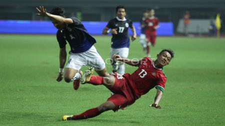Febri Hariyadi harus jatuh bangun saat membela Timnas Indonesia melawan Kamboja. INDOSPORT/Herry Ibrahim - INDOSPORT