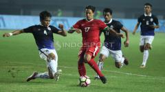 Indosport - Aksi Irfan Bachdim saat melawan Kamboja. INDOSPORT/Herry Ibrahim